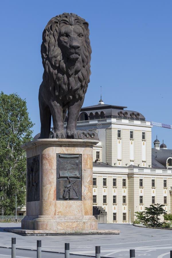 SKOPJE MAKEDONIEN - APRIL 14, 2016: Lejonskulptur på westeren royaltyfri fotografi