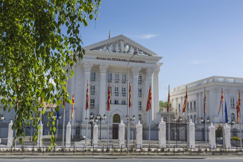 SKOPJE MAKEDONIEN - APRIL15, 2016: Vit regerings- byggnad på arkivfoton