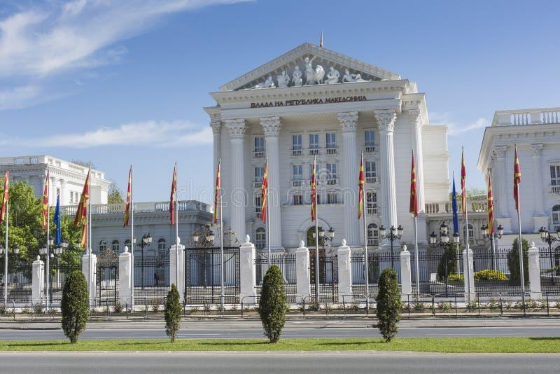 SKOPJE MAKEDONIEN - APRIL15, 2016: Vit regerings- byggnad på arkivbilder