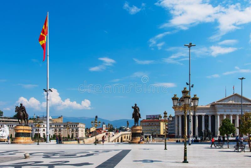 Skopje Makedonien - Augusti 26, 2017: Huvudsaklig fyrkant i Skopje, huvudstad av Makedonien med Alexander den stora monumentet arkivfoto