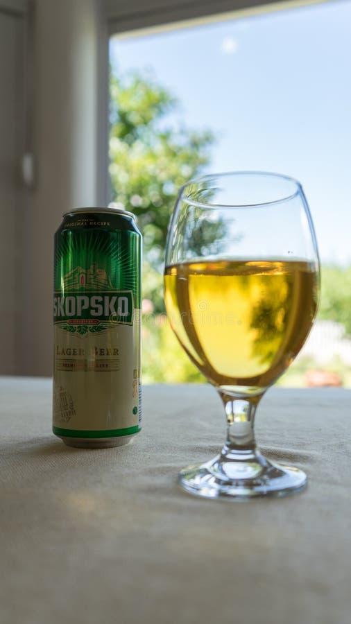 Skopje/Makedonien - 15 Juni 2019: Macedonian öl Skopsko med exponeringsglas i en tabell i hemmastadd trädgård för terrass royaltyfria bilder