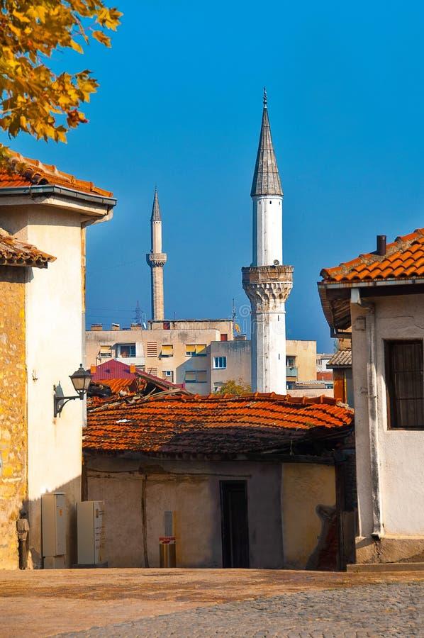 Skopje Makedonien - november 2011 Hemtrevlig gata som förbiser tornet royaltyfria foton