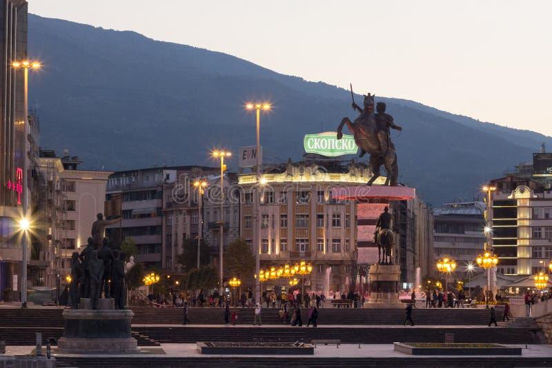 SKOPJE MAKEDONIEN - OKTOBER 24, 2015: Alexander den stora statyn på huvudsaklig fyrkant för Skopje ` s arkivbilder