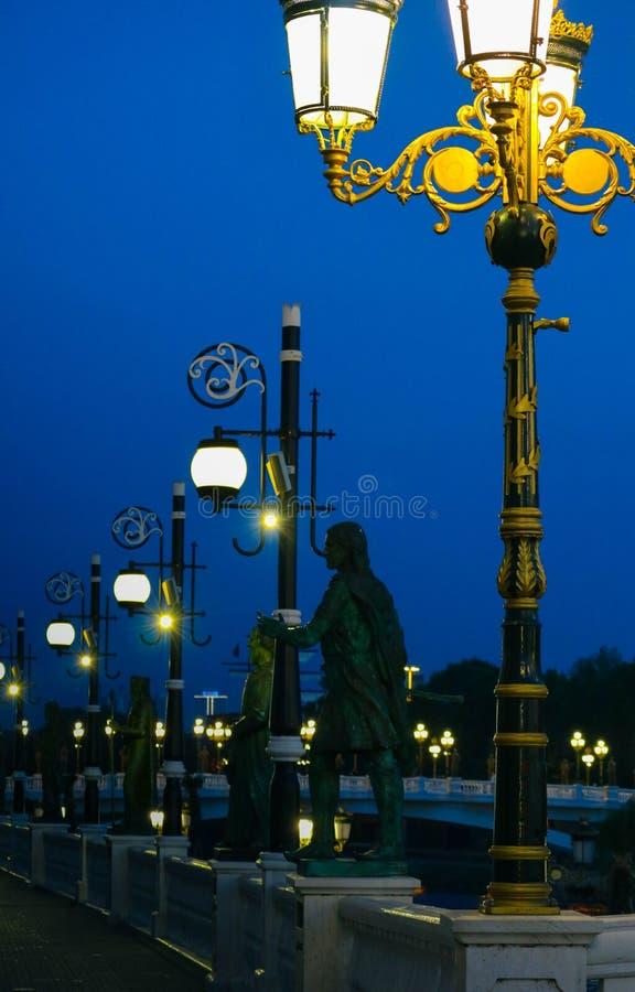 Skopje, Mazedonien, Art Bridge nachts Europäisches Stadt architectu lizenzfreie stockfotos