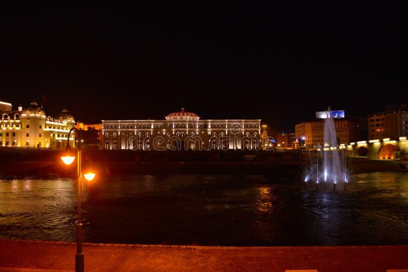 Skopje na noite, rio Vardar fotos de stock royalty free