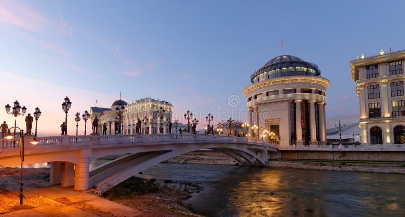 Skopje-Nachtszene an der Dämmerung lizenzfreie stockfotos