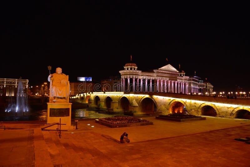 Skopje por la noche, zar Samoil imagenes de archivo