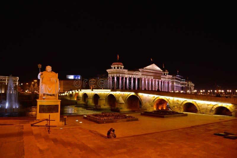 Skopje por noche imágenes de archivo libres de regalías