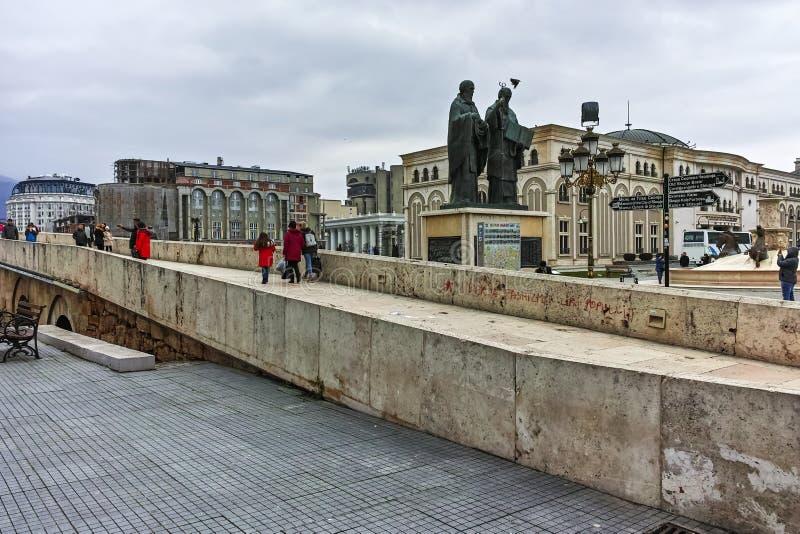 SKOPJE, REPUBBLICA MACEDONE - 24 FEBBRAIO 2018: Centro urbano di Skopje, vecchio ponte di pietra e fiume di Vardar fotografie stock