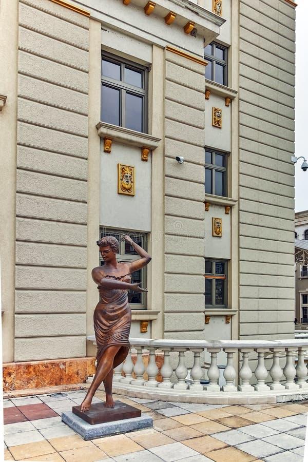 SKOPJE, REPUBBLICA MACEDONE - 24 FEBBRAIO 2018: Costruzione del teatro nazionale macedone in città di Skopje immagine stock