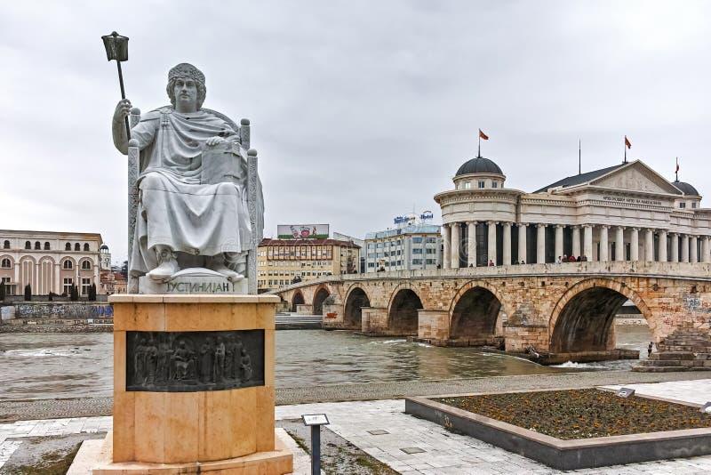 SKOPJE, REPUBBLICA MACEDONE - 24 FEBBRAIO 2018: Statua dell'imperatore bizantino I Justinian in città di Skopje fotografia stock libera da diritti
