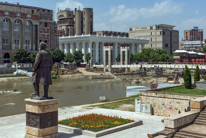 SKOPJE, REPUBBLICA MACEDONE - 13 MAGGIO 2017: Panorama del fiume di Vardar e panorama al centro urbano di Skopje fotografia stock