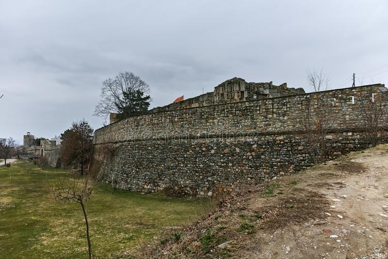 SKOPJE, REPUBLIEK VAN MACEDONIË - 24 FEBRUARI, 2018: De Boerenkoolvesting van de Skopjevesting in de Oude Stad stock afbeelding