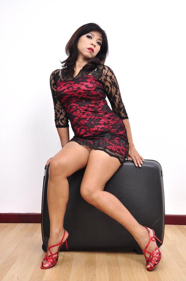 Skor den höga hälet för den härliga kvinnan tvärt klänningen arkivfoton