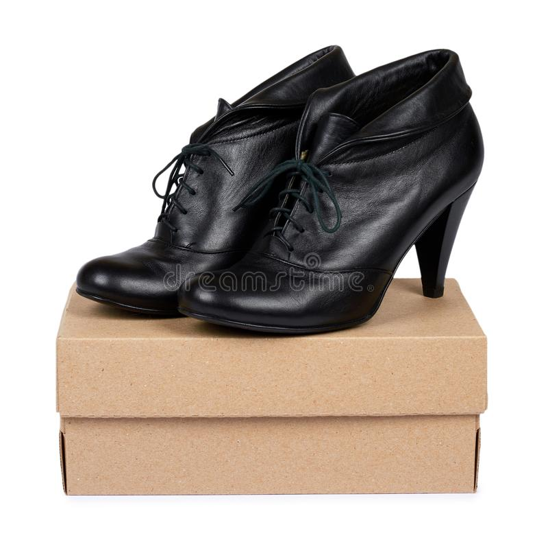 Skor för hög häl för kvinnligsvartläder med asken som isoleras på vit bakgrund royaltyfria bilder