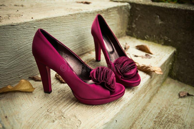 Skor för höga häl för elegant kvinna på den utomhus- closeupen för trappa royaltyfri bild