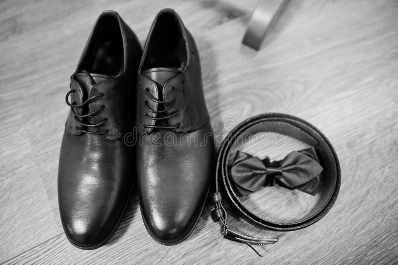 Skor för läderman` s med bältet och flugan Uppsättning av brudgumaccessoren royaltyfria bilder