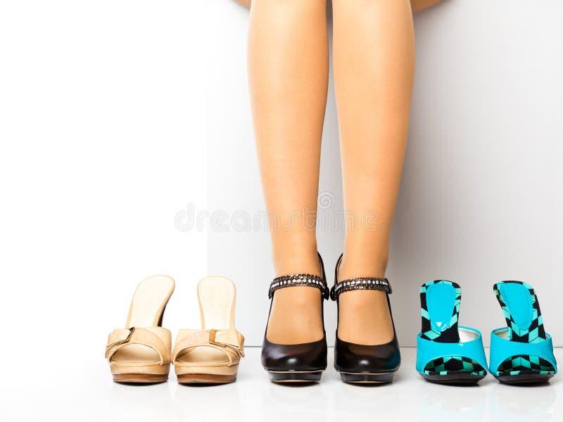 skor för modekvinnligben arkivfoto