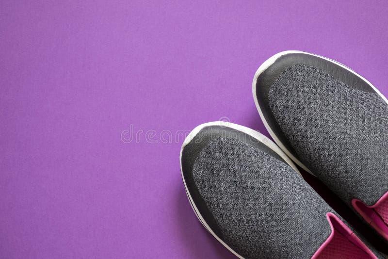 Skor för sport för kvinna` s Par av skor för går royaltyfri foto
