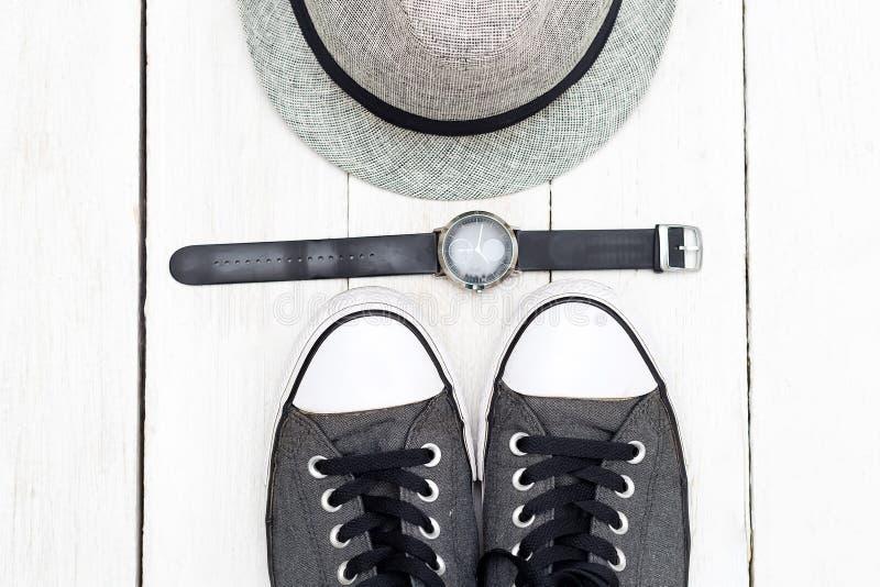 Skor och hatt för man` s på en vit träbakgrund Lekmanna- lägenhet fotografering för bildbyråer