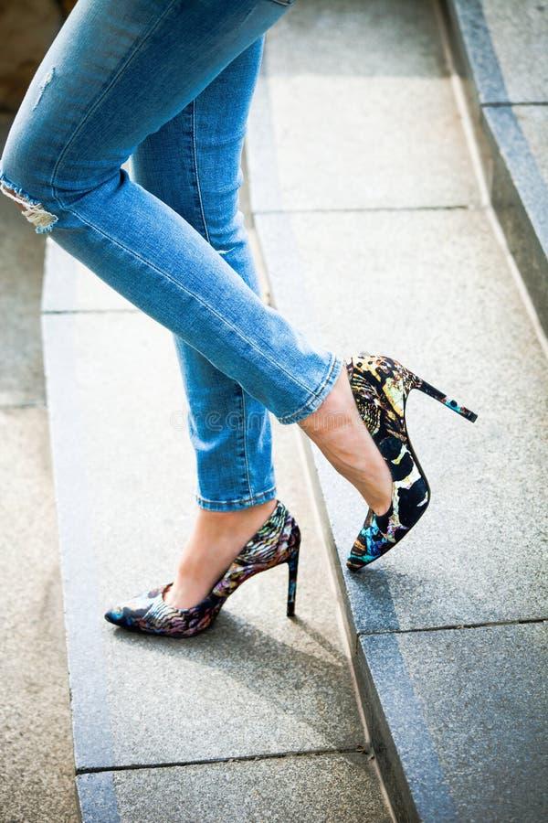 Skor och jeans för hög häl royaltyfria bilder