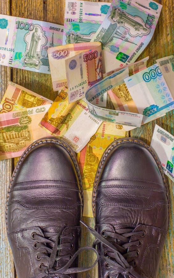 Skor och pengar royaltyfri bild