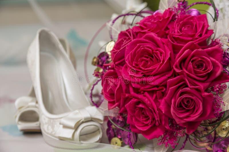Brud- skor och tillbehör arkivfoton