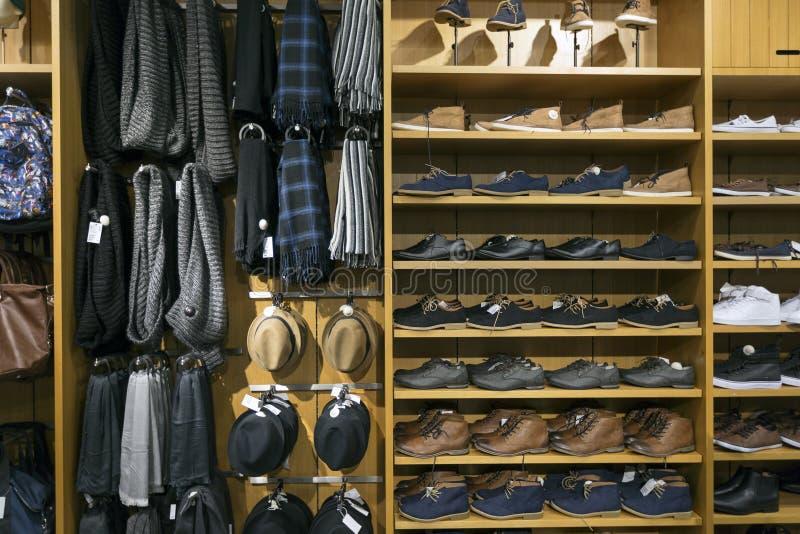 Skor och tillbehören i kläder shoppar arkivbilder