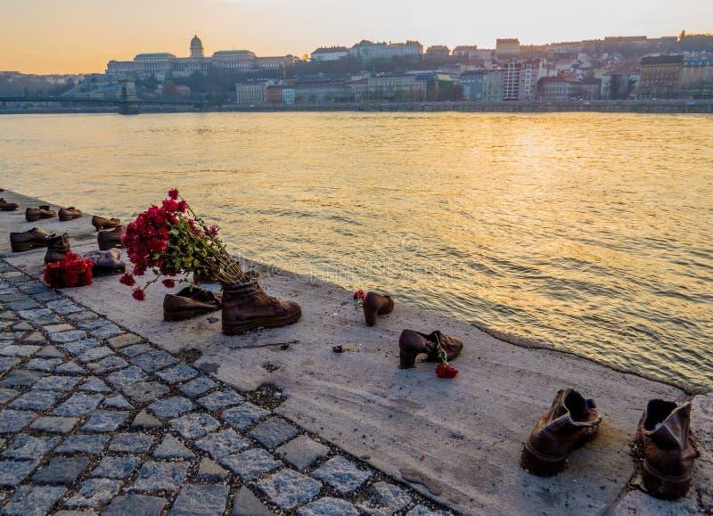 Skor på Donaubanken, Budapest royaltyfri bild