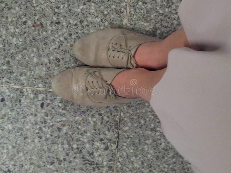 skor på plattformen arkivbilder