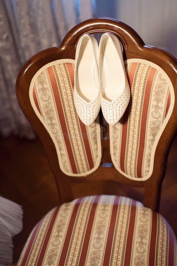 Skor på stol arkivfoton
