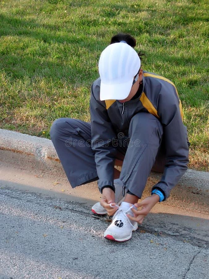 skor som binder kvinnan arkivfoto