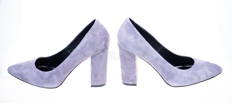 Skor som göras ut ur grå mockaskinn på vit bakgrund som isoleras Skodon för kvinnor med tjocka höga häl Par av royaltyfri foto