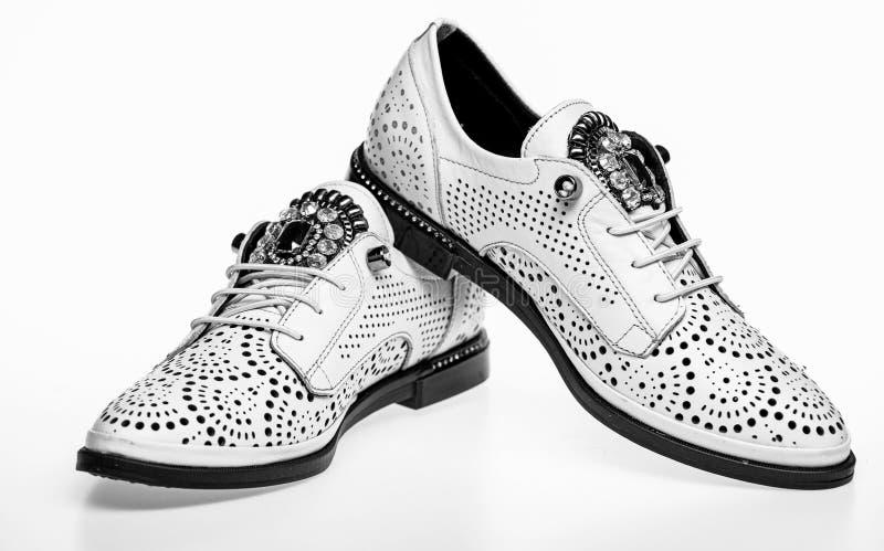 Skor som göras ut ur vitt läder på vit bakgrund som isoleras Par av trendiga bekväma oxfordsskor skodon royaltyfria bilder