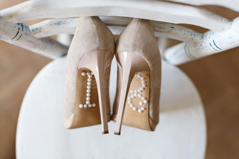 Skor som står på stol royaltyfri fotografi
