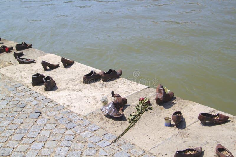 Skorna p? Donaubanken ?r en minnesm?rke i Budapest, Ungern royaltyfri bild