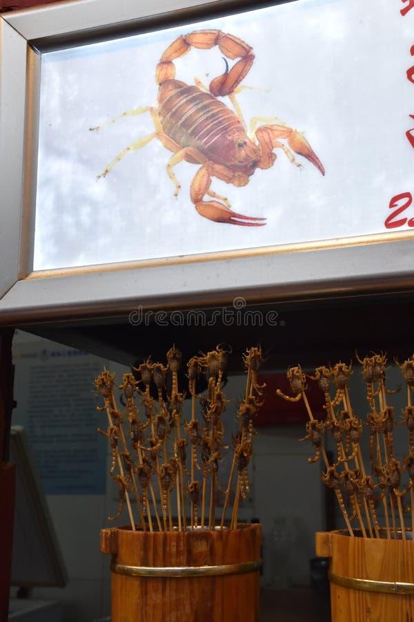 Skorpionsteknålar på den Wangfujing nattmarknaden, Peking, Kina arkivbilder