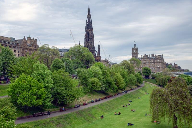 Skotsk Edinburg för prinsgataträdgårdar med sikt på den Scott monumentet royaltyfri foto