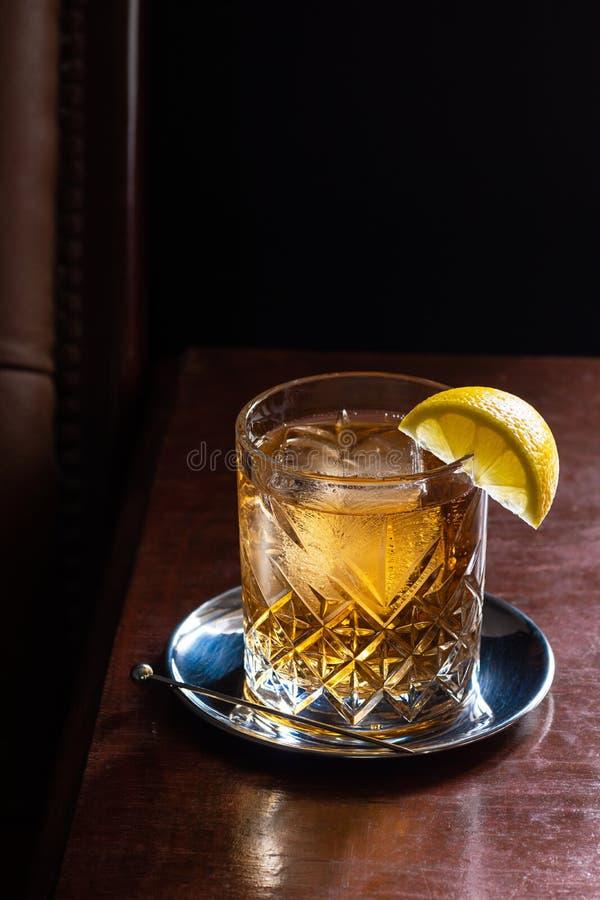 Skotsk whisky- eller whiskysodavattendrink i mörk stång royaltyfria foton