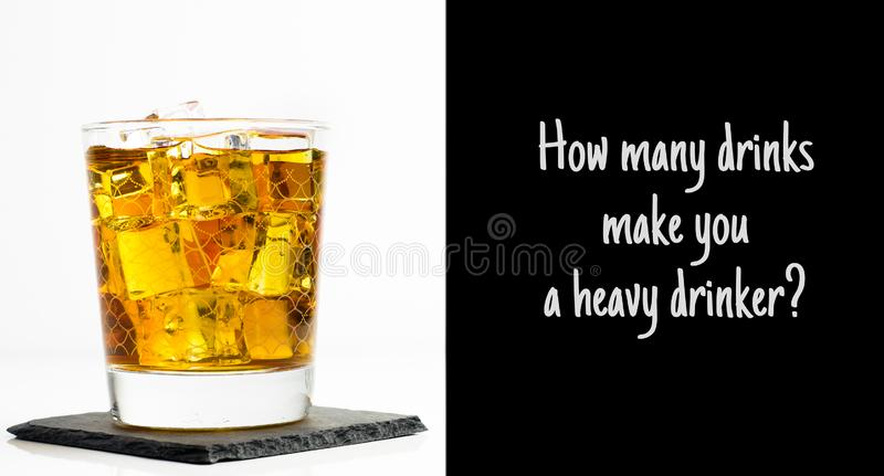 Skotsk whisky i ett exponeringsglas som tjänas som med is royaltyfri bild