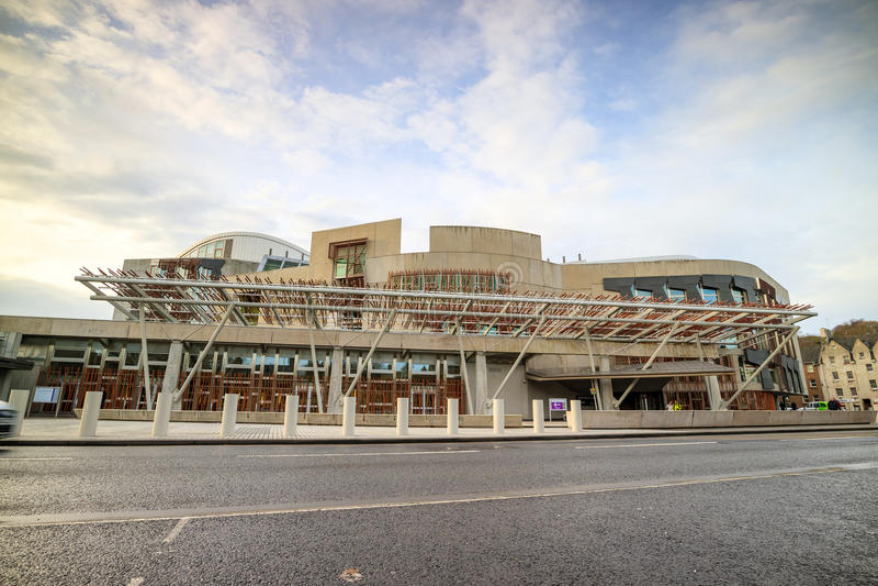 Skotska parlamentetbyggnad i i stadens centrum Edinburg royaltyfri bild