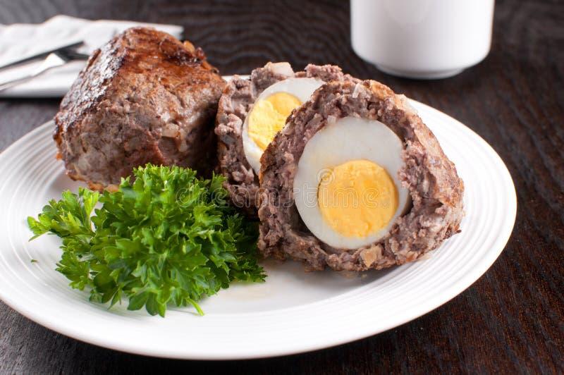 Skotskt ägg med jordkött arkivfoton