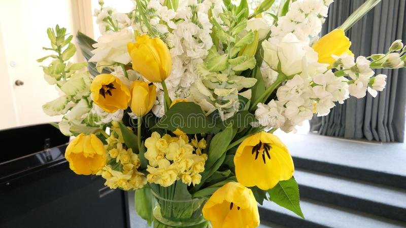 Skott av blomman och stearinljuset som används för en begravning royaltyfri fotografi