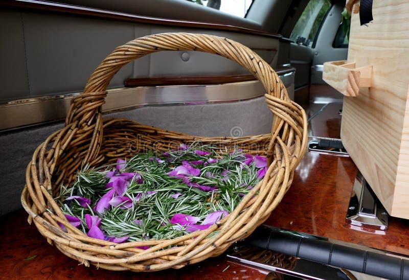 Skott av blomman & stearinljuset som används för en begravning royaltyfri fotografi