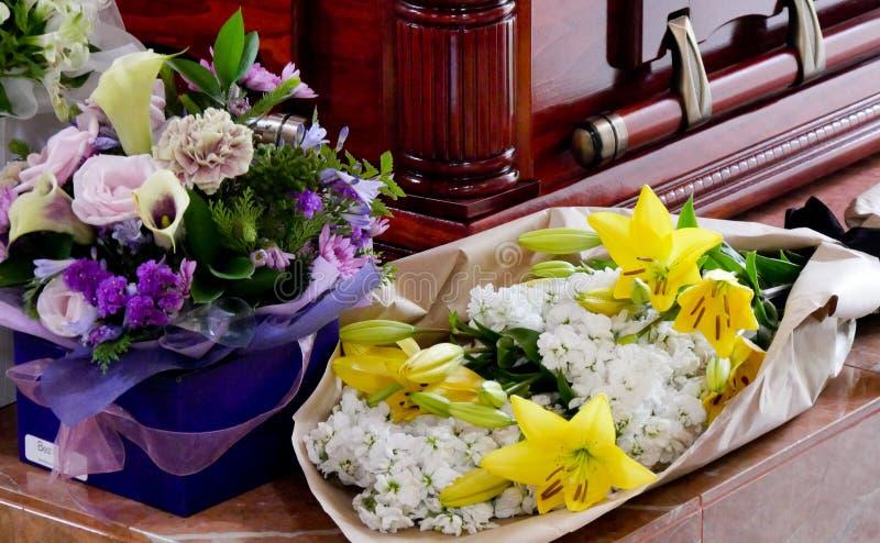 Skott av blomman & stearinljuset som används för en begravning royaltyfria foton