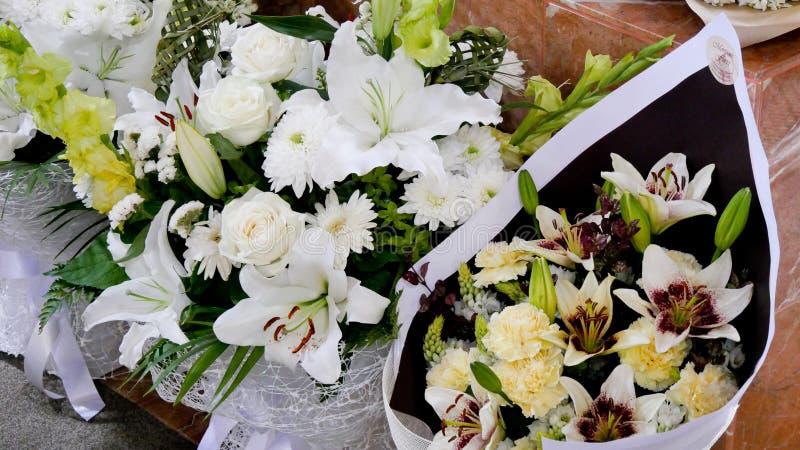 Skott av blomman & stearinljuset som används för en begravning royaltyfri bild