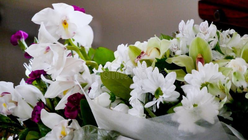 Skott av blomman & stearinljuset som används för en begravning arkivbilder