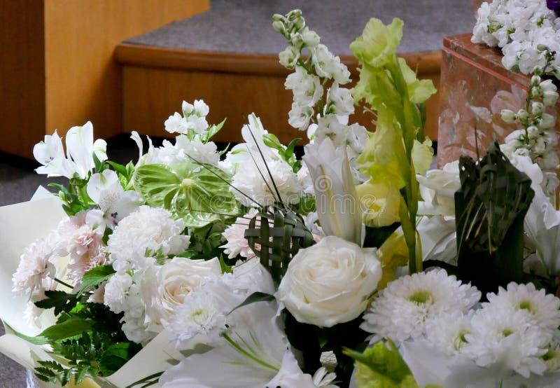 Skott av blomman & stearinljuset som används för en begravning arkivfoton