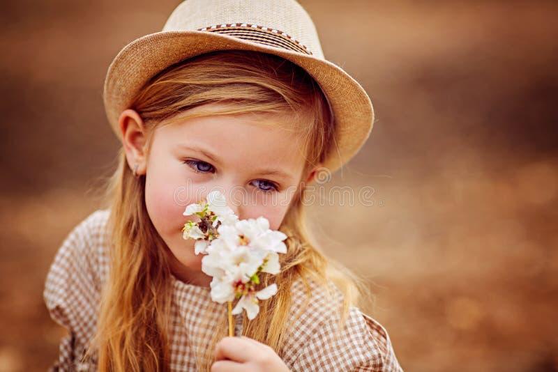 Skott av en gullig rödhårig flicka som har en utomhus- vila arkivbild