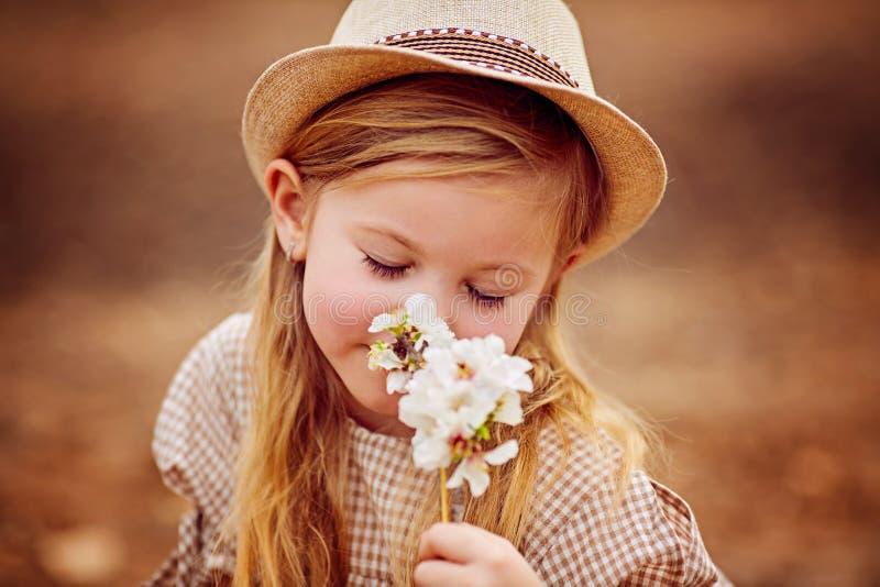 Skott av en gullig rödhårig flicka som har en utomhus- vila arkivfoton